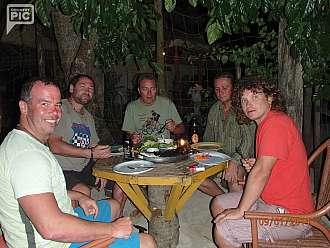 na El Nidu sme se ubytovali jeste pred vesnici...byl tu klid,pekna hospudka na plazi,kde nam hned prvni vecer pripravily dve poradny ryby se salatkem
