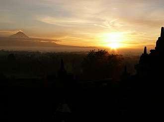 Vycházející slunce nad Borobodurem