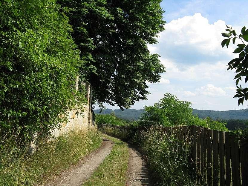 Cesta vedoucí osadou Horní Dubová hora na českolipsku.