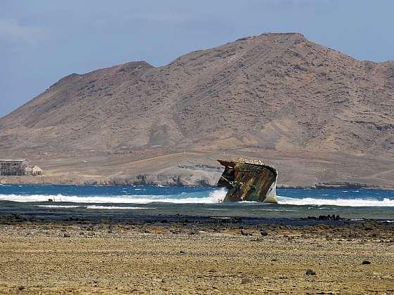 Vrak lodi a pozorování želv na Salu
