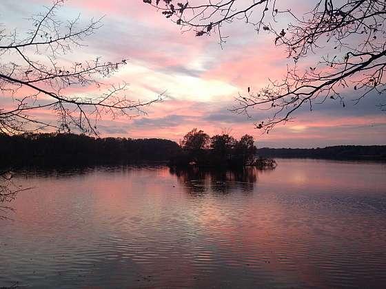 Západ slunce nad rybníkem Svět
