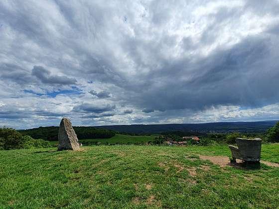 Menhir s betonovým křeslem nad obcí Mořinka u Prahy.