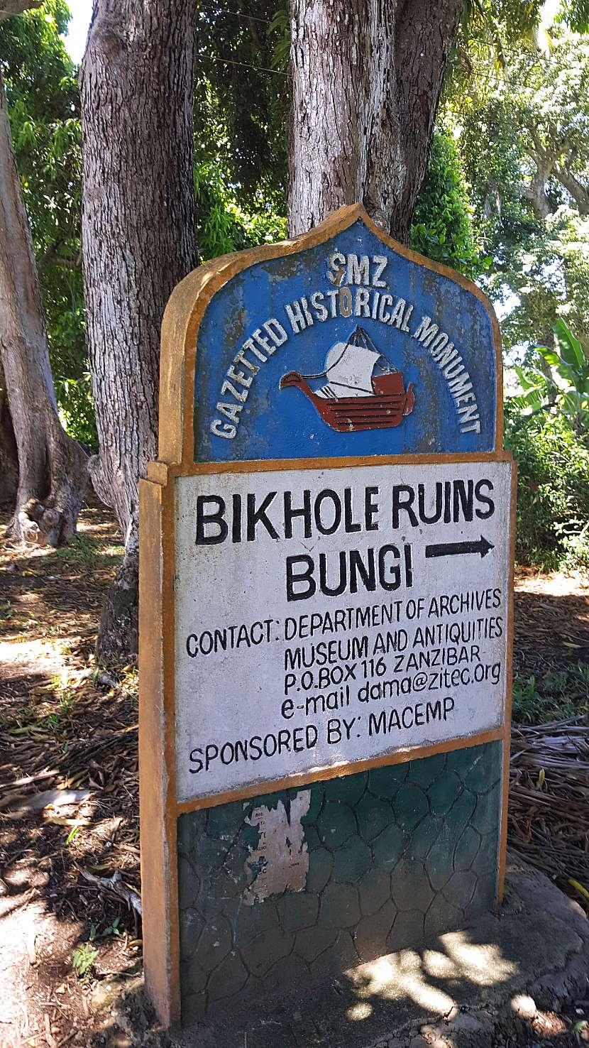 Stromy mangovníků lemující hl.cestu a odbočka na ruiny Bi Khole.
