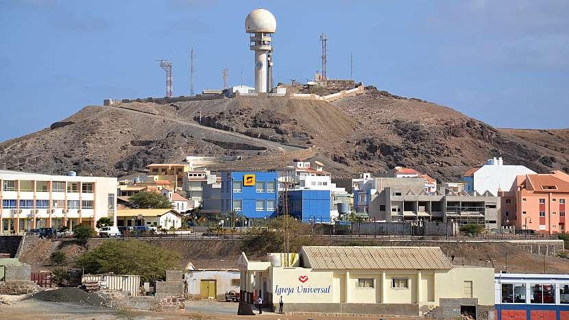 Pohled na Espargos a radarovou základnu nad městem.