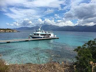 Jediné molo u pláže de Lotu. Sem připlouvají lodě a taxíky s turisty.