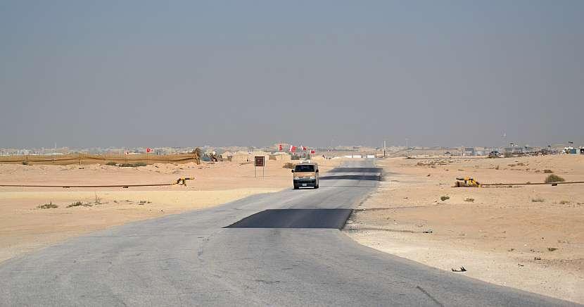 Cesta ke stromu života Shajarat-al-Haya v bahrajnské poušti.