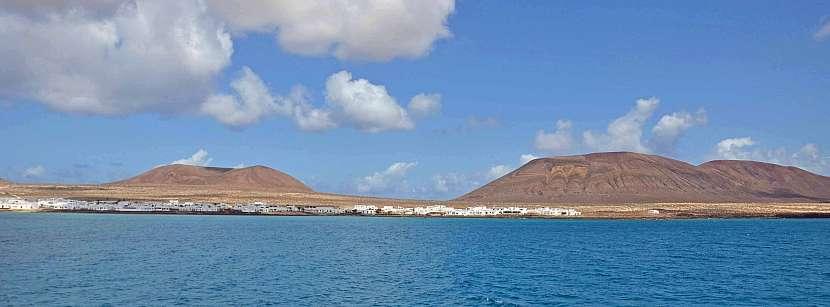 V dálce již vidíme přístav Caleta del Sebo na Graciose.