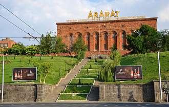 Továrna na výrobu vyhlášeného arménského koňaku.