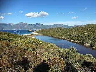 Pláž de Lotu. Ústí na ní řeka, která ale v létě až do moře neprotéká.