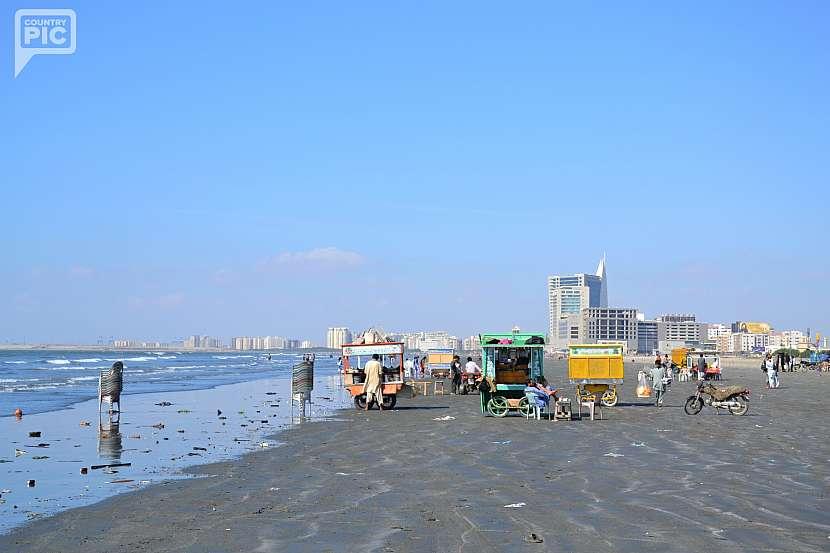 Na pláži nechybí stánky s občerstvením.