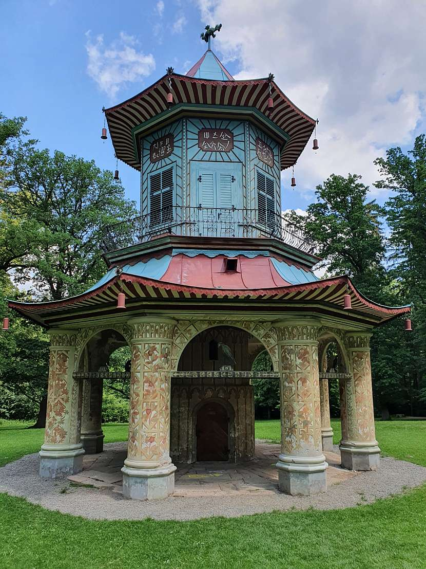 Čínský pavilon ve vlašimském zámeckém parku.
