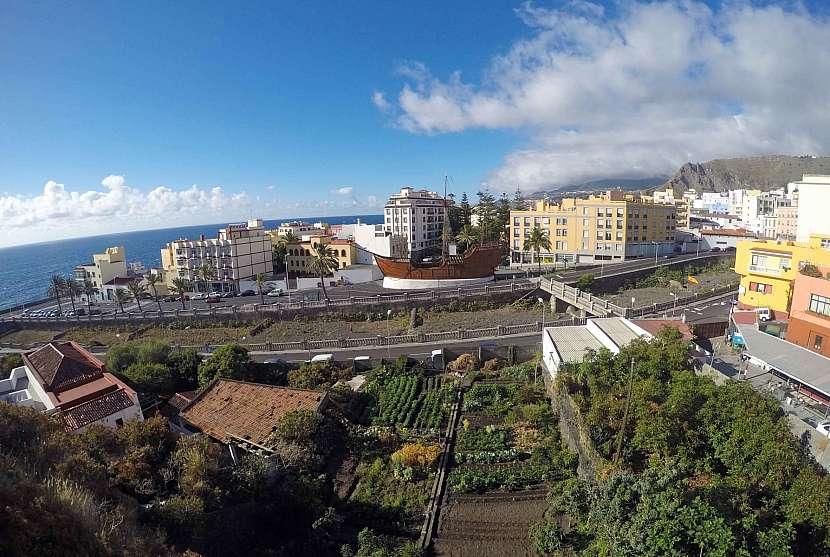 Pohled na repliku lodě Santa Maria v Santa Cruz de La Palma.