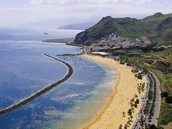 Pláž Playa de Las Teresitas na Tenerife, Kanárské ostrovy.