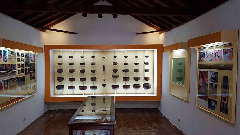 Uvnitř muzea v archeologickém parku Cuevas de Belmaco.