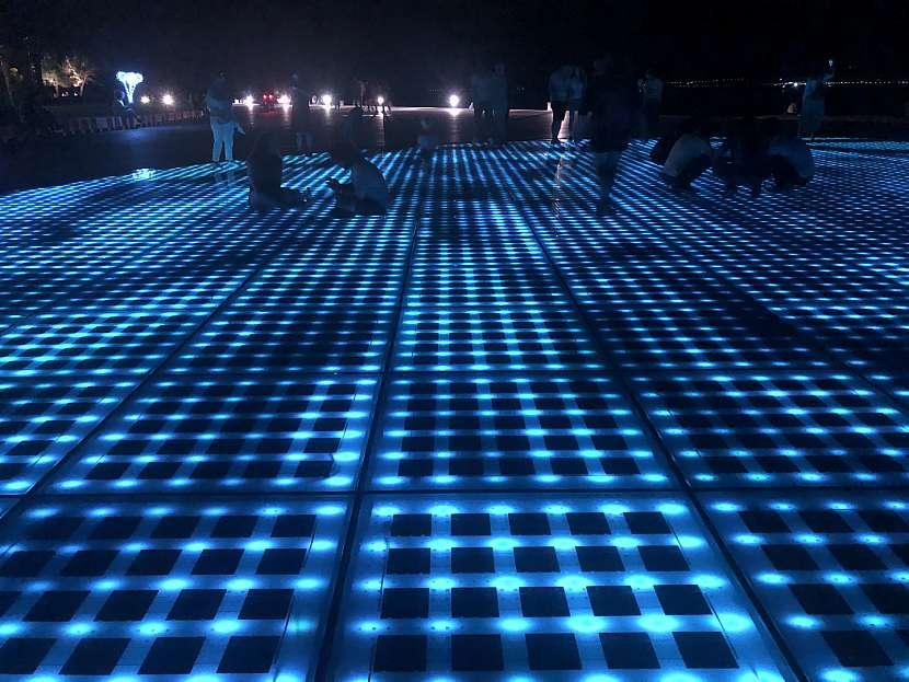 Světelné efekty řízené mořským příbojem