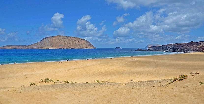 Pláž Las Conchas a horou Montaňa Clara.
