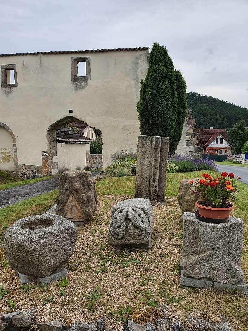 Lapidárium kamenných článku v obci Klášter u Nepomuka.