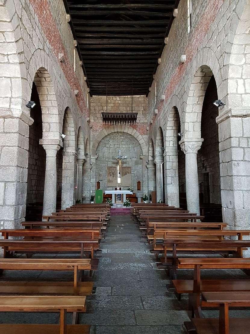 Uvnitř baziliky San Simplicio v Olbii