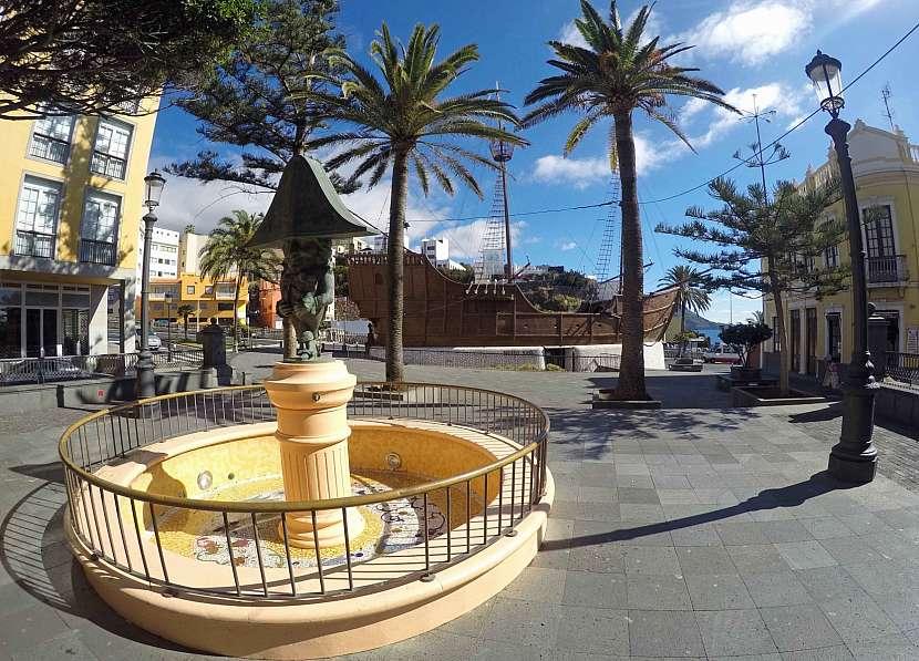 Socha Dwarf a replika lodi Santa Maria mořeplavce Kryštofa Kolumba na náměstí Plaza de La Alameda v Santa Cruz de La Palma.