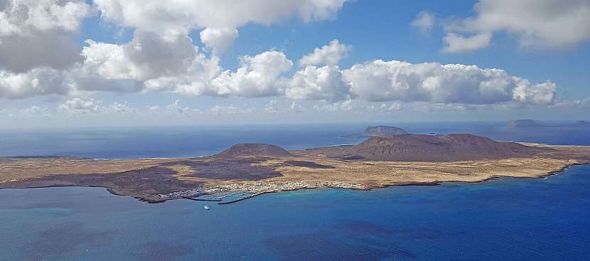 Kanárský ostrov La Graciosa z ptačí perspektivy.