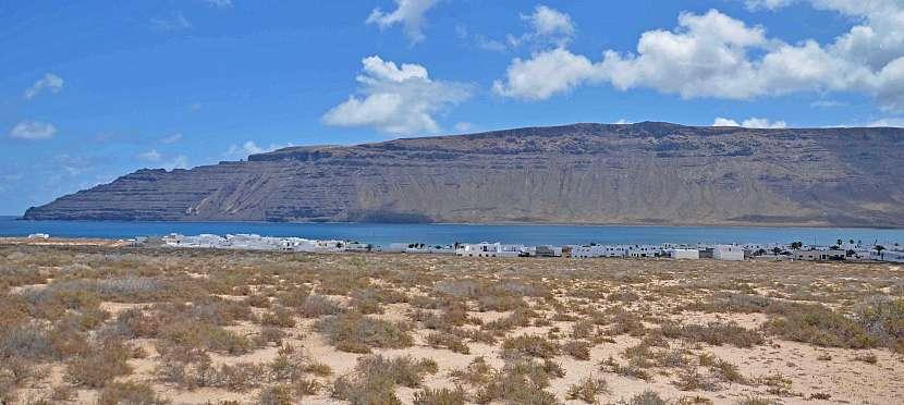 Přístav Caleta del Sebo a v dálce je vidět Lanzarote.